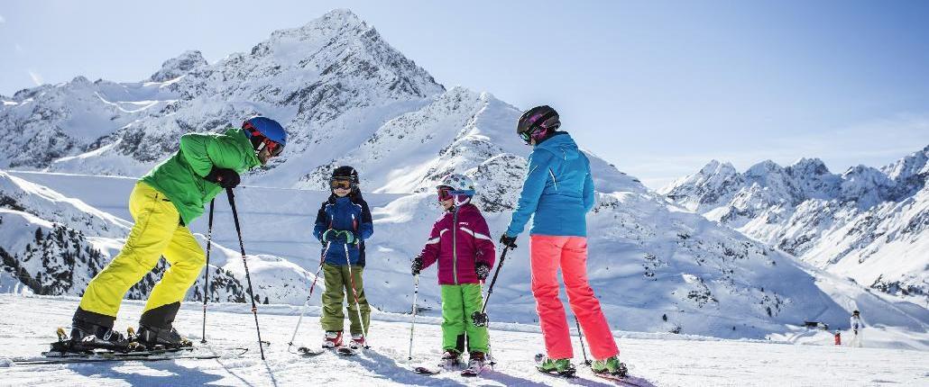Familien-Skifahren in Innsbrucks Feriendörfern