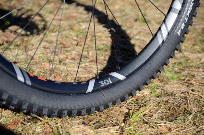 30 Millimeter breite Felgen an einem All-Mountainbike schreien geradezu nach groben Trails.