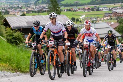 Schon früh im Rennen legten die starken Tschechen das Renntempo vor © Bike Night Flachau/Jasmin Walter