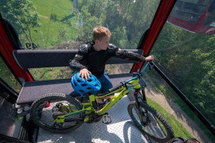 Junge in der Ettelsberg Kabinenbahn im MTB ZONE Bikepark Willingen © David Heise