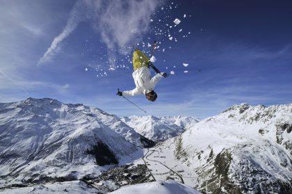 Andermatt Winter Skisprung Blick gegen Gemsstock © Radisson Blu Hotel Reussen