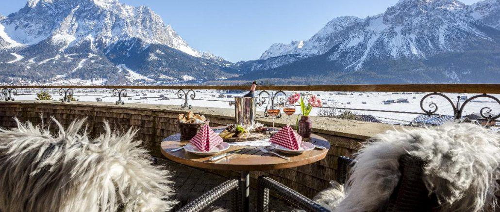 Nach dem Skifahren auf der Sonnenterrasse entspannen © Hotel Post Lermoos / Günter Standl