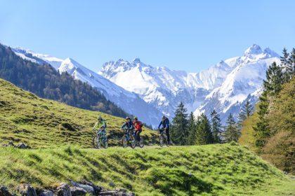 Radfahren mit Bergblick © Tourismus Oberstdorf/ Alexander Rochau