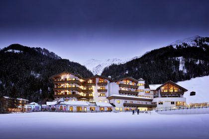 Perfekte Lage in den verschneiten Hintertuxer Bergen © Michael Huber (Das Adler Inn - Tyrol Mountain Resort)