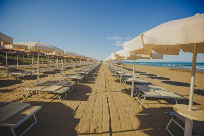 Sandstrand mit Liegen © Eva Vujacic paradu tuscany ecoresort