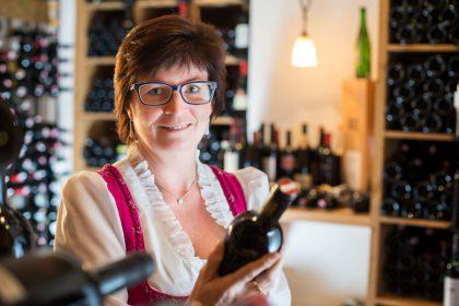 Frieda Klausner im hauseigenen Weinkeller © Hotel Klausnerhof