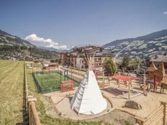 Hotelaußenansicht mit Tipi und Kletterlandschaft © Alpina Zillertal