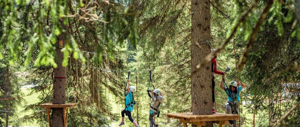 Wie Tarzan in Tirol – der Hoch- und Niederseilgarten im Verwalltal von St. Anton am Arlberg umfasst 22 Kletterstationen in bis zu zwölf Metern Höhe © TVB St. Anton am Arlberg/Fotograf Patrick Bätz